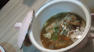 Sup Ayam disajikan di panci kecil